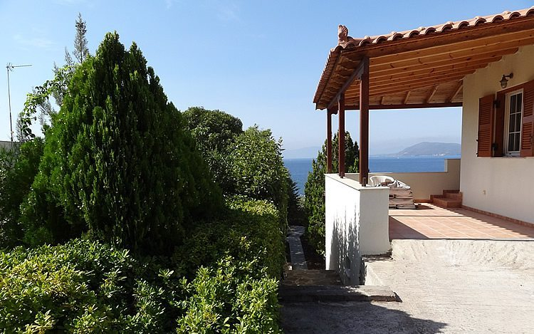 http://www.aegina-property-for-sale.com/wp-content/uploads/2015/01/aegina-villa-for-sale-9.jpg